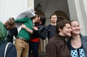Геи протестовали против «гомофобного» закона поцелуями на крыльце ЗакСа