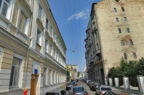 В центре Москвы у пассажира бронированной иномарки со стрельбой отняли 10 млн