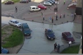 На Шлиссельбургском проспекте коммунальная авария: вода вытекает на асфальт