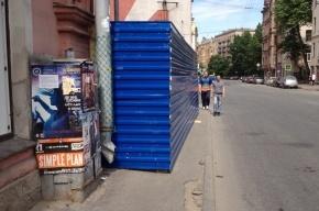 Строительный забор на Петроградской стороне «выпихнул» пешеходов на опасную дорогу