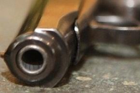 В Адмиралтейском районе неизвестный стрелял по детям на детской площадке и ранил девочку