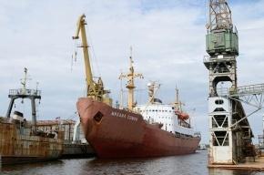 В Петербурге спасатели ищут человека, спрыгнувшего с корабля на судоремонтном заводе