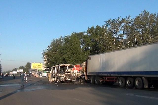 Автобус и грузовик загорелись после ДТП в Новосибирске: Фото