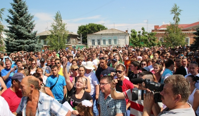 Митинг в Пугачев против мигрантов: Фото