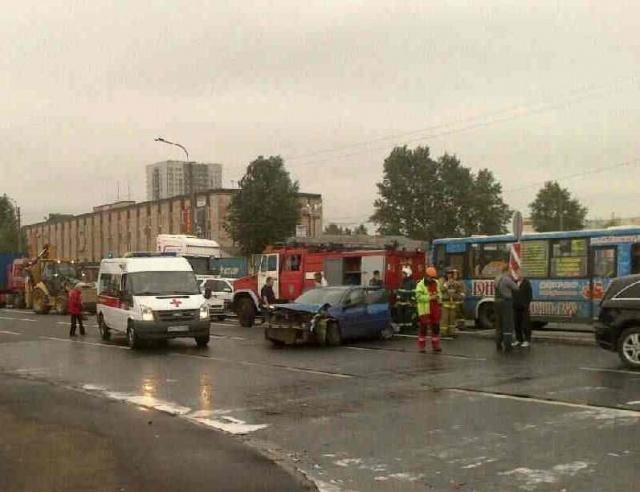 Двое детей пострадали в аварии с участием трактора в Петербурге: Фото