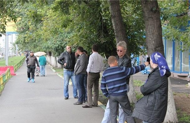 Москвичи с боем защитили деревья в своем дворе от вырубки