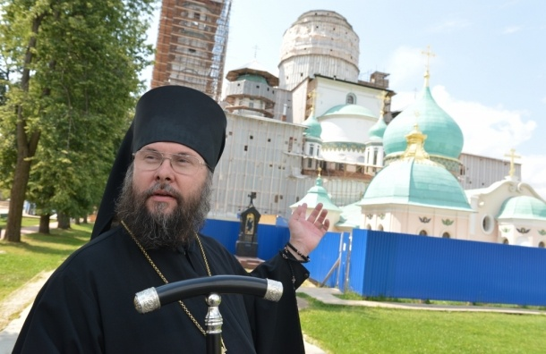 Греческие монахи защищают монастырь от спецназа