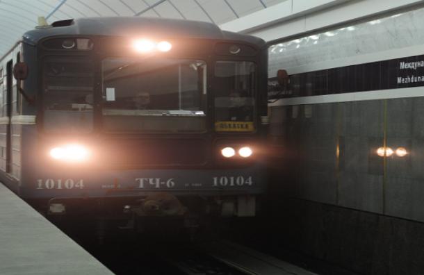 Мужчина бросился под поезд на станции метро