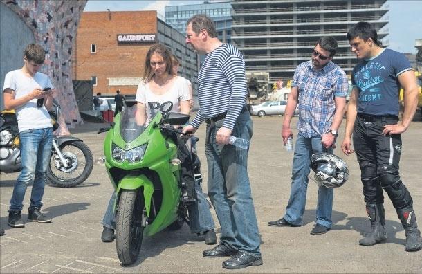 Энтузиаст организовал бесплатную мотошколу, вкоторой учит людей небояться дороги