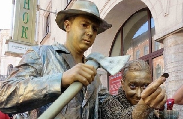 Раньше в музее Достоевского запрещали вешать иконы, а теперь всем миром празднуют его день