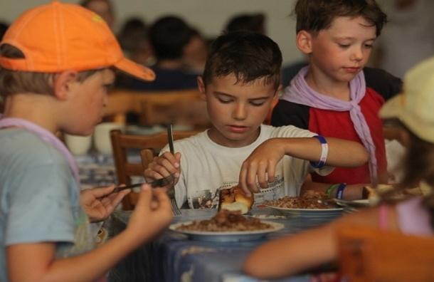 За неделю в оздоровительных лагерях отравились почти 300 детей