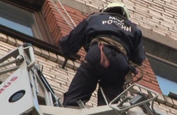 Сотрудники МЧС спасли ребенка в Петербурге: мальчик мог упасть из окна