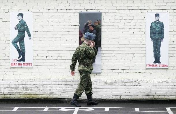 Повестки в армию хотят вручать вместе с приписным в 17 лет