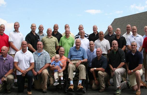Буш-старший и 30 агентов его охраны обрили голову в знак поддержки больного раком ребенка