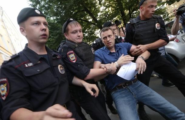 Навального задержали полицейские, но тут же отпустили