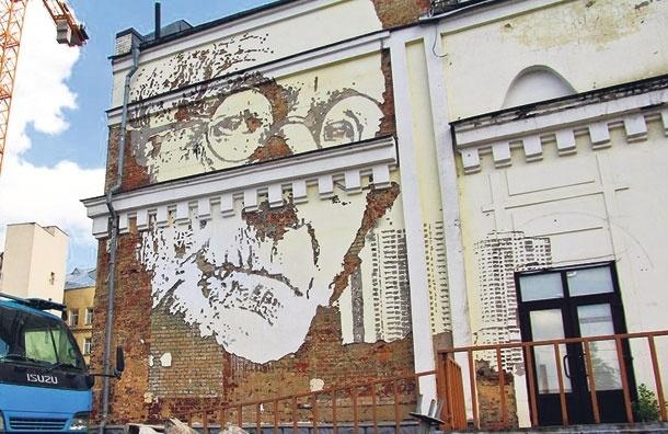 Портрет писателя Германа Гессе, выбитый наштукатурке, украшает московский дом