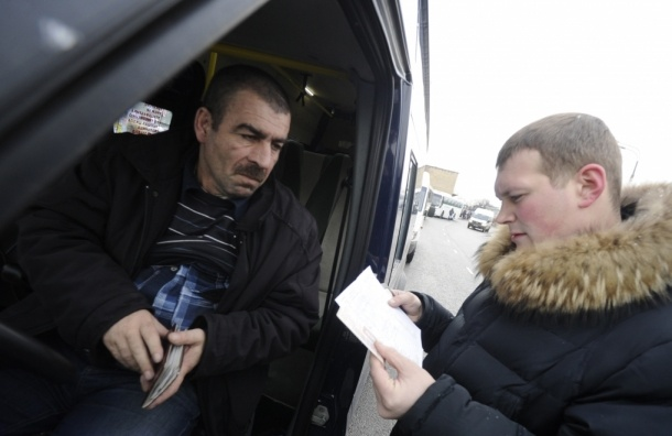 Иностранцам запретят работать водителями без российских прав