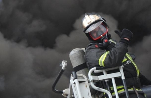 В столице загорелся склад торгового центра