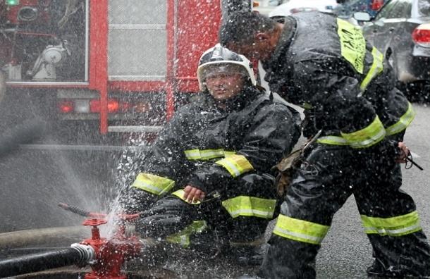 Пожар на московском складе потушен, пострадал один пожарный