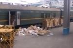 «Почта России» наказала сотрудника за выбрасывание посылок на перрон
