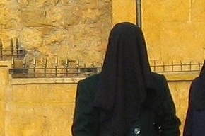 Во французском городке Трапп мусульмане разгромили полицейский участок