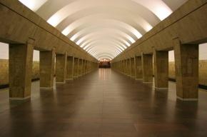 Мужчина упал на рельсы на красной ветке метро Петербурга