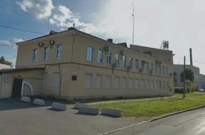 В Кировском районе Петербурга горит кровля бывшего производственного здания