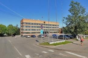 Хулиган побил стекла в администрации района Ленобласти
