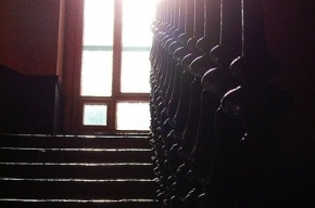 В Петербурге женщина погибла, упав в пролет лестницы с пятого этажа