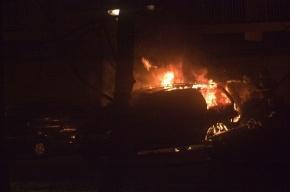 Неизвестный сжег три машины на парковке Центра экономической безопасности
