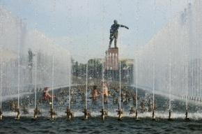 «Водоканал» просит не купаться в фонтанах, ведь там моются бомжи