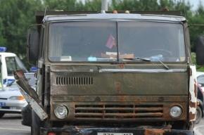 КамАЗ с песком снес автобусную остановку в Петербурге