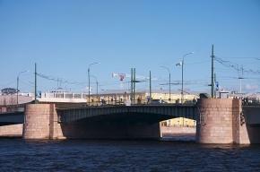 Возле Тучкова моста спасатели вытащили из Невы пьяного мужчину
