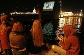 В ночь на 20 июля на разведенном Троицком мосту покажут мультфильмы