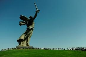 «Родина-мать» в Волгограде накренилась и готова упасть