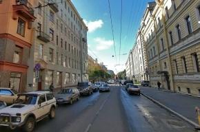 На Петроградке лопнувший силовой кабель повредил припаркованный автомобиль