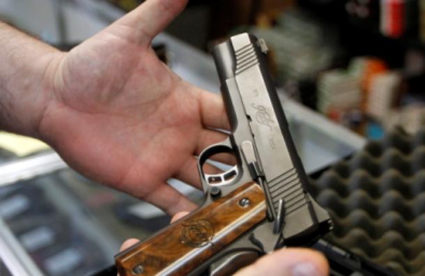 Боец ОМОНа в столичном клубе ранил из травматического пистолета двух человек