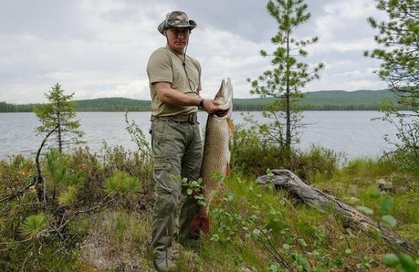Путин поймал 21-килограммовую щуку на рыбалке в Туве