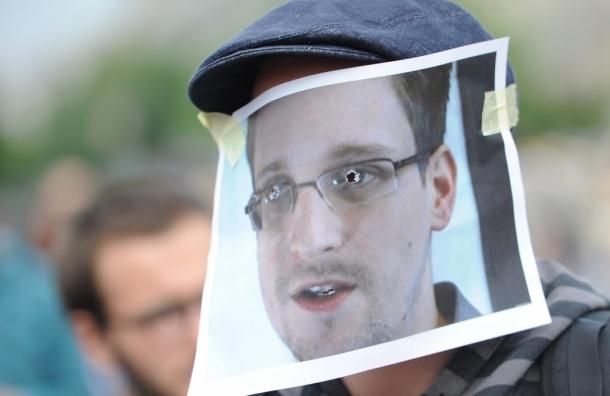 Сноуден попросил убежища в России в обмен на обещание
