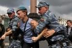 Акция ЛГБТ-активиста в День ВДВ на Дворцовой площади: Фоторепортаж