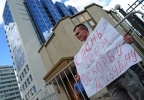Фоторепортаж: «ЛГБТ-активист Николай Алексеев перед допросом в СК»