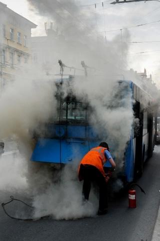 На Невском проспекте загорелся троллейбус: Фото