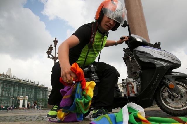Акция ЛГБТ-активиста в День ВДВ на Дворцовой площади: Фото