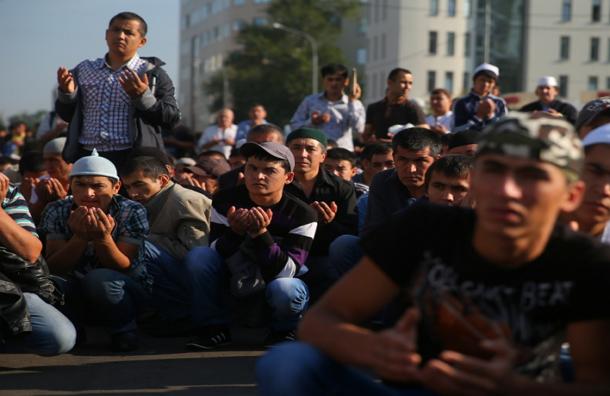В праздник Ураза-байрам мусульмане совершают намаз и раздают милостыню