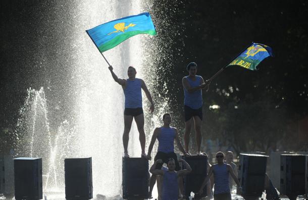 Купаться в фонтанах в день ВДВ десантников заставляют тележурналисты – Шаманов