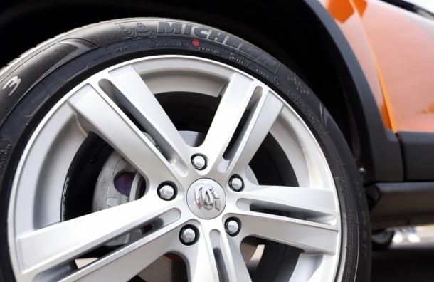 Звук трения колес автомобиля о дорогу повышает сонливость водителя - Шведские ученые