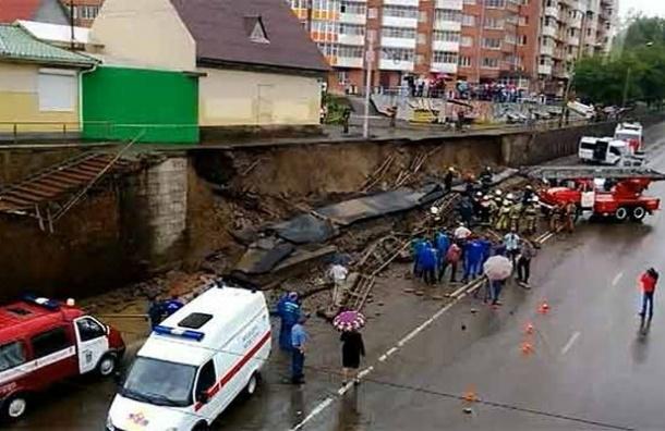 В Красноярске опорная стена обрушилась на автомобиль. Двое погибших - ВИДЕО