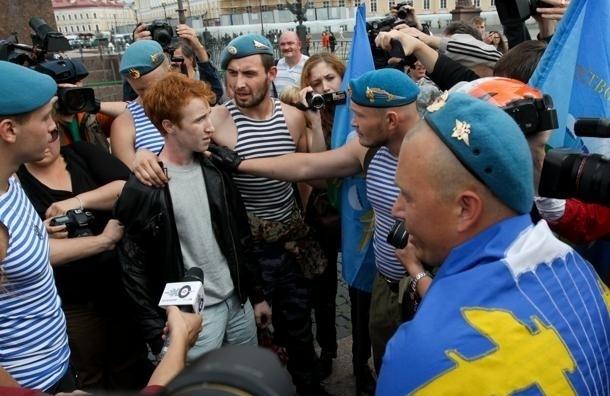 В Питере одиночный гей-пикет закончился потасовкой десантников с ОМОНом