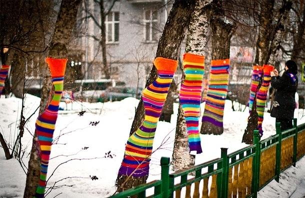 Свитер для дерева. Что такое ярнбомбинг или вязаное граффити