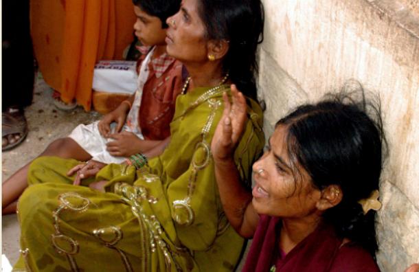 В Индии разъяренные жители захватили станцию, где поезд задавил насмерть 35 человек